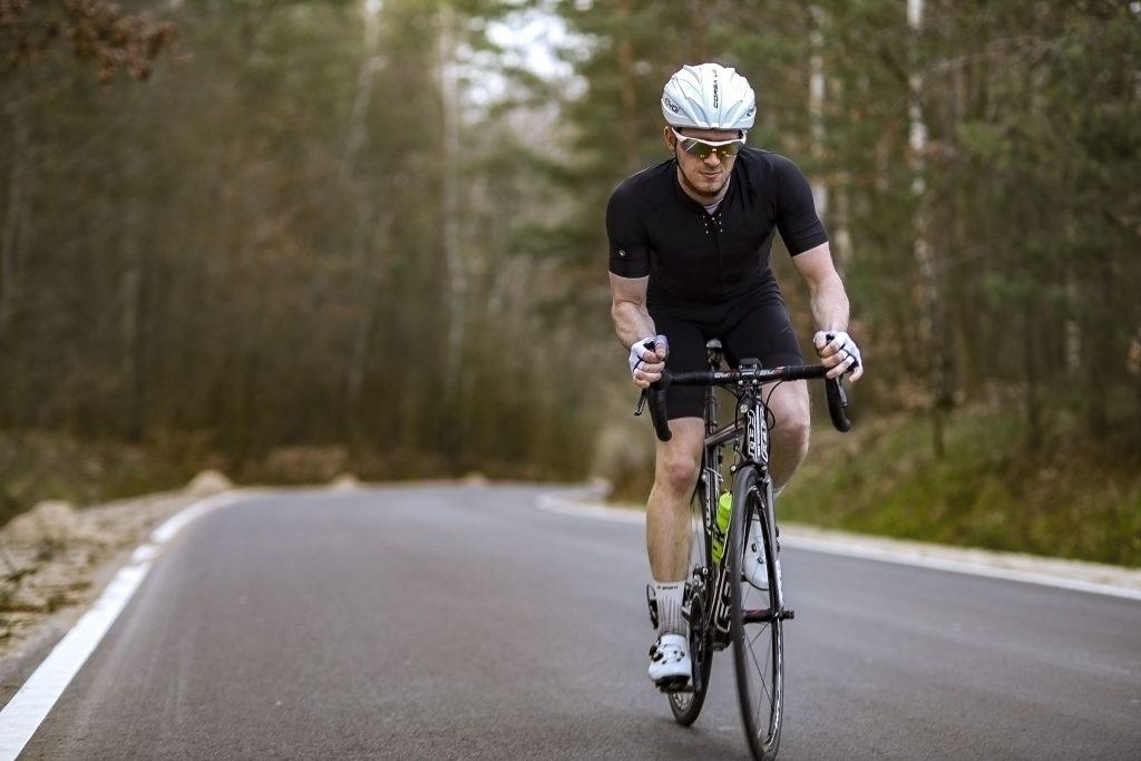 Kolarz z rowerem